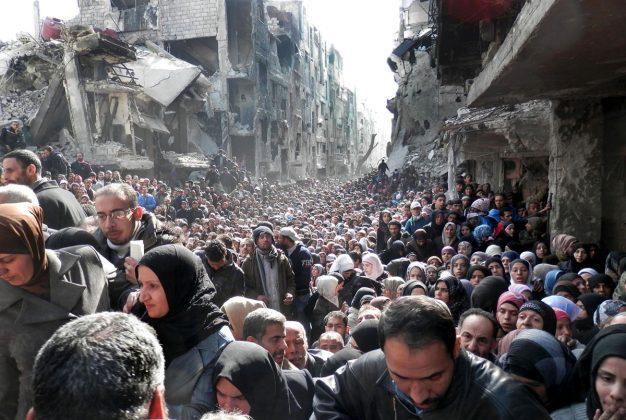 Bežeči ljudje v razsutem mestu Damask