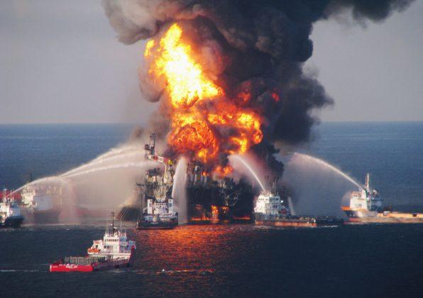Goreča naftna ploščad na obali Floride