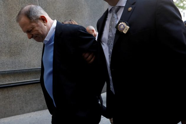 Harvey Weinstein je pripeljan pred sodišče
