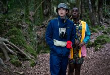 Glavni junak serije Otis in njegov najboljši prijatelj Eric v gozdu.