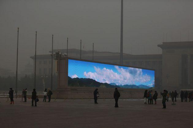 LED ekran z lepim vremenom v smoga polnem Pekingu