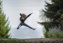 dekle, ki skače v zrak v naravi