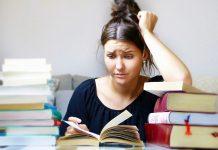 obupano dekle za kupom knjig