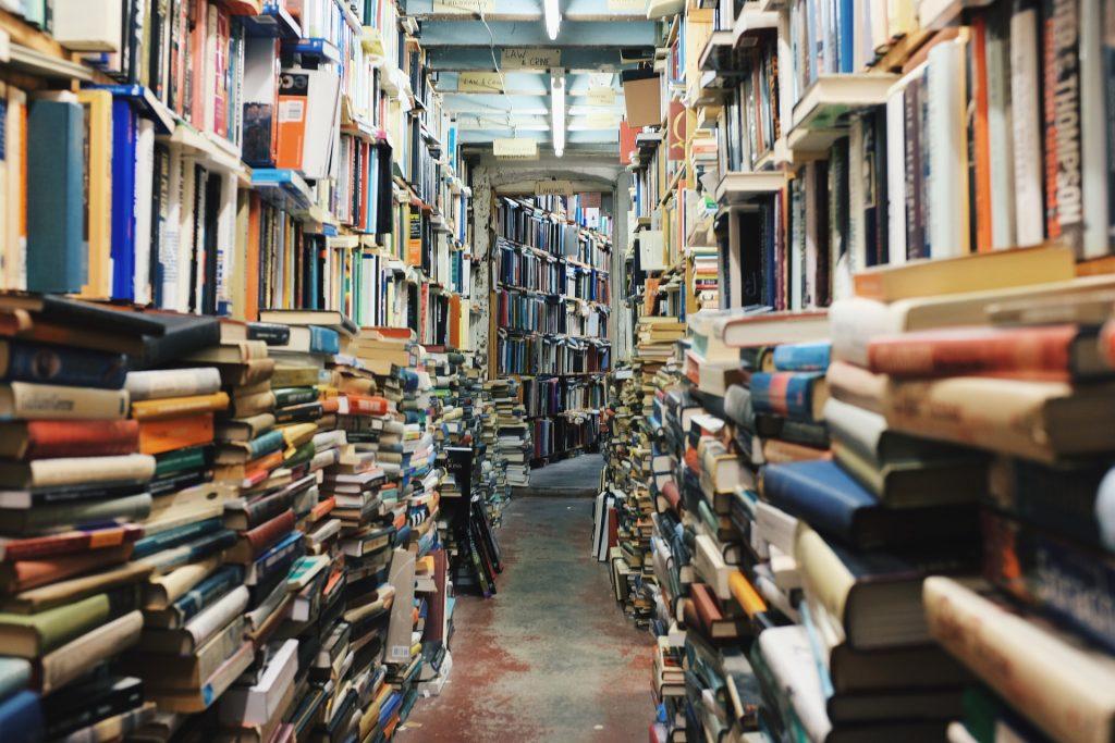veliko knjig na kupu, knjižnica