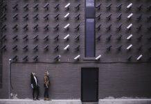veliko security kamer ki so vprte v dve osebi