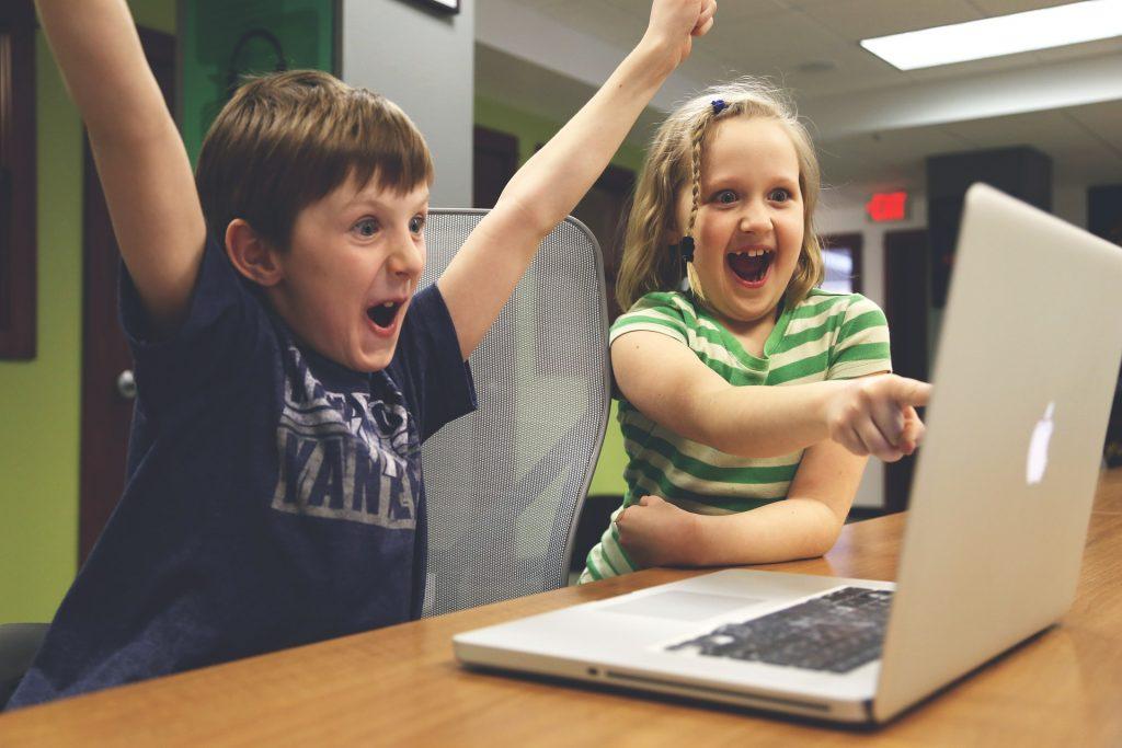 otroka vesela pre računalnikom