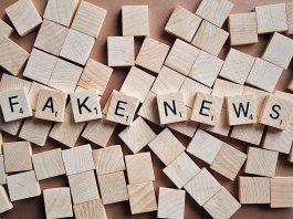 Črke n ploščicah, ki sestavljajo besedi fake news