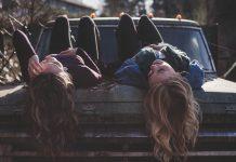 dekleti ležita na pokrovu motorja
