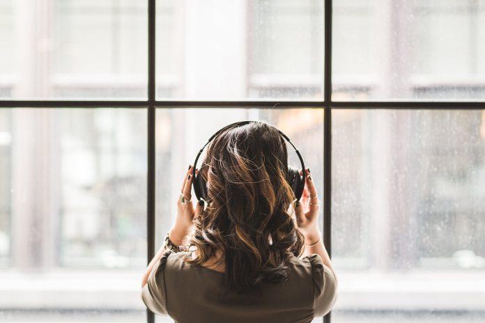 Punca, ki posluša glasbo
