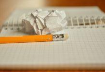 Svinčnik in zmečkan list papirja.