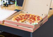 pizza v škatli