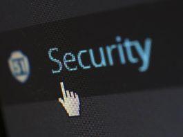 Računalniški ekran, na katerem piše Security, nanj je postavljena miška