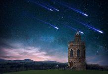 Zvezdno nebo in stolp sredi polja