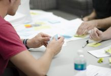 Brainstorming, listki na mizi