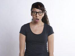 Presenečena ženska z odprtimi usti