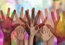 Roke ponazarjajo prostovoljstvo