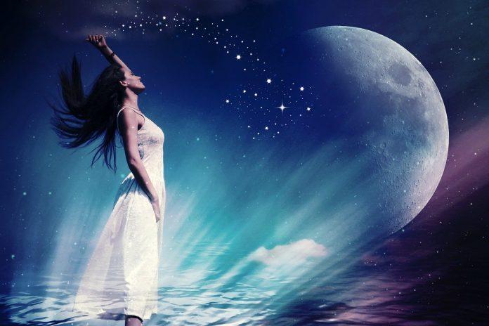 ženska v mesečini