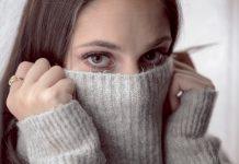 dekle v sivem puliju