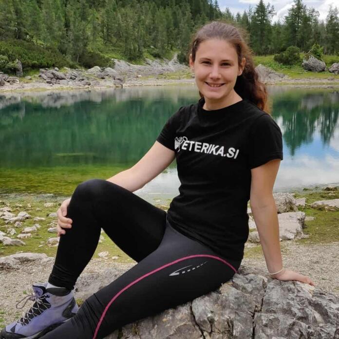 Anja Vrhovec na skali pred jezerom