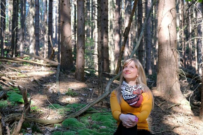Sabina v gozdu.