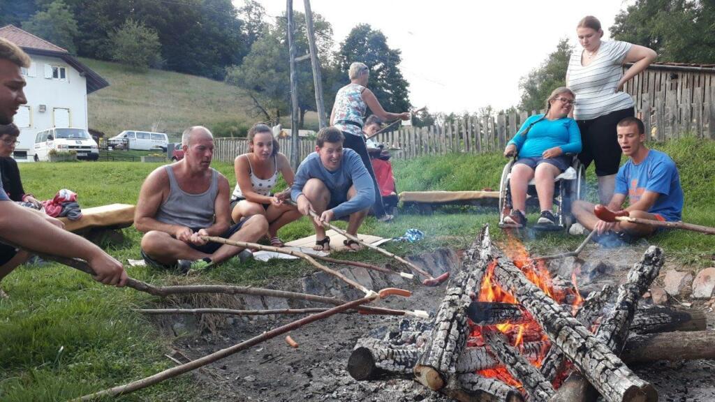 Otroci okoli tabornega ognja