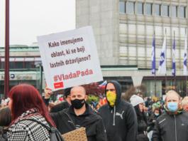 protivladni protest na Trgu republike, moški drži transparent