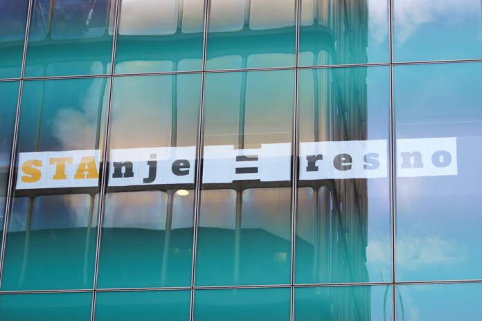 napis STAnje je resno na stavbi Slovenske tiskovne agencije